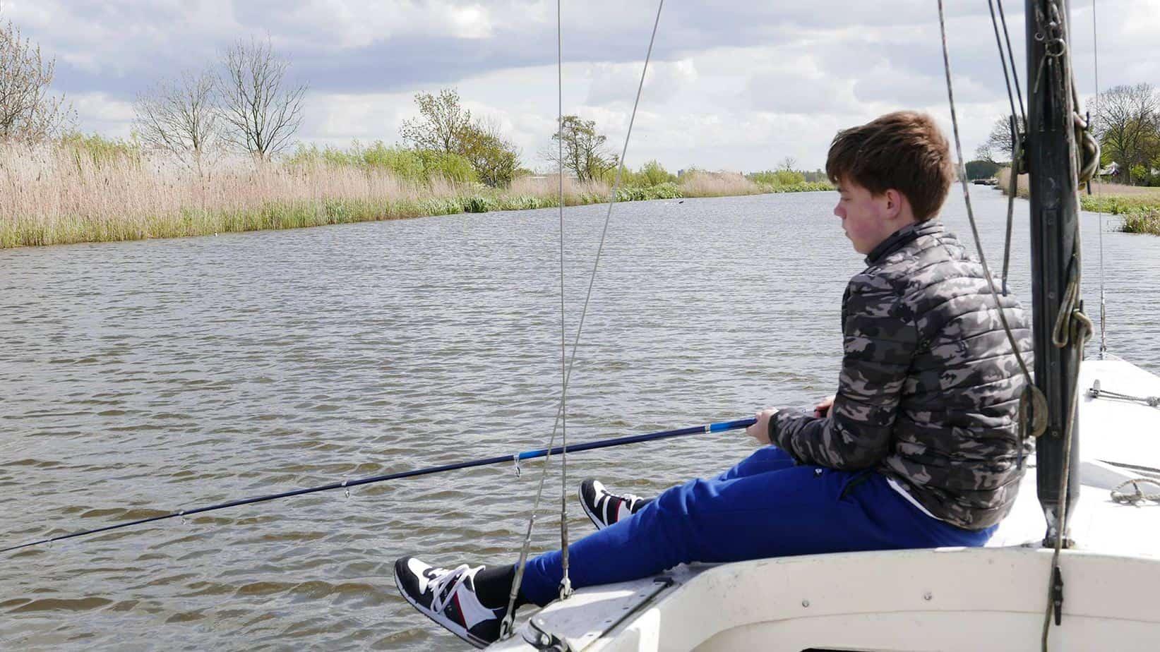 Jongen aan het vissen